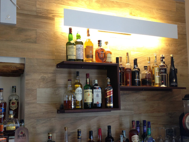 Mensole e lampada - Bar Nettuno